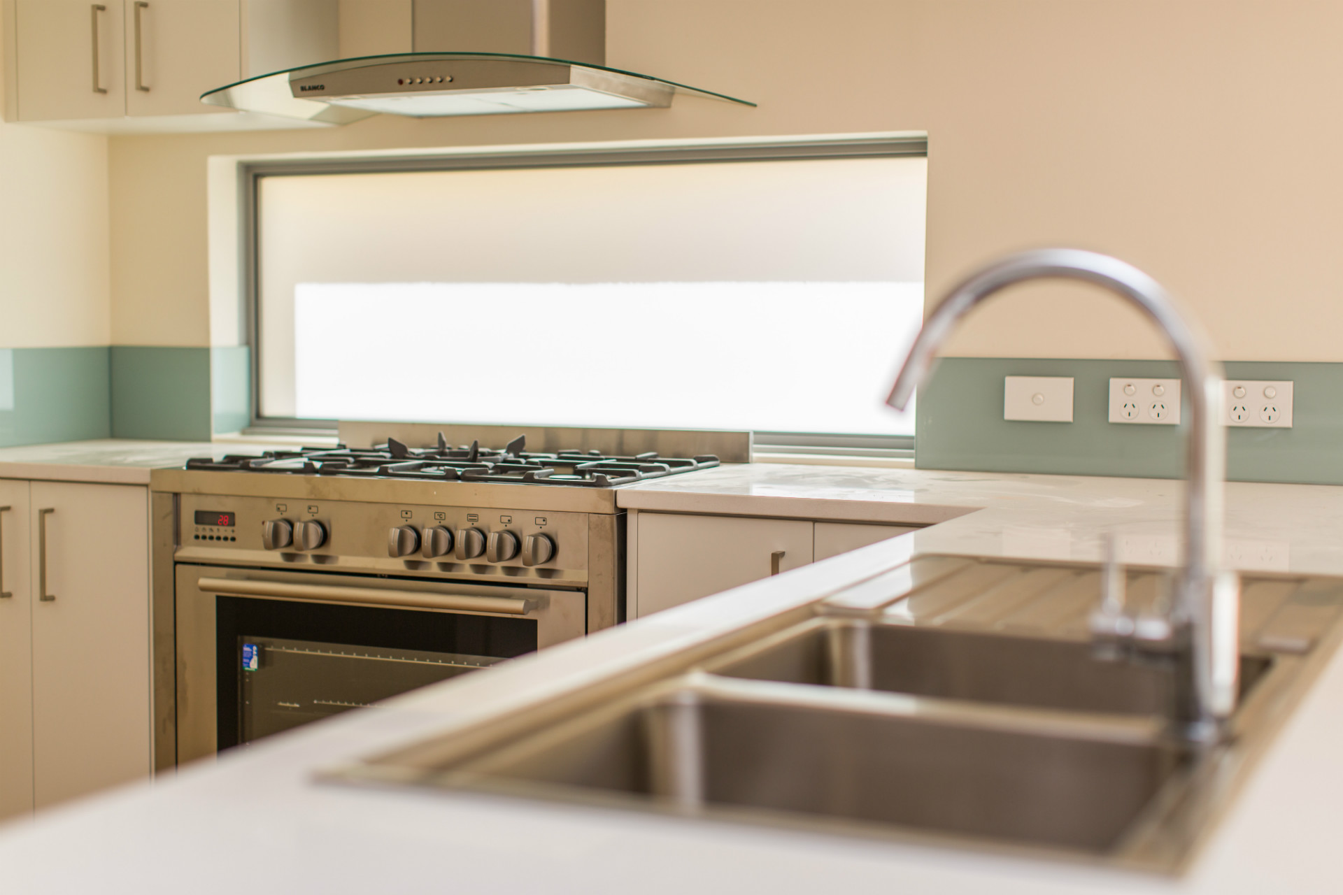 kitchen-design-gallery-of-curved-glass-canopy-range-hood-900-wide-free-standing-oven-and-frosted-glass-splashback